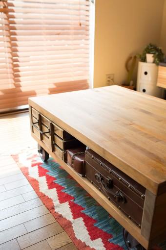 しっかりと存在感のあるリビングテーブルもDIYで。キャスター付きで便利。