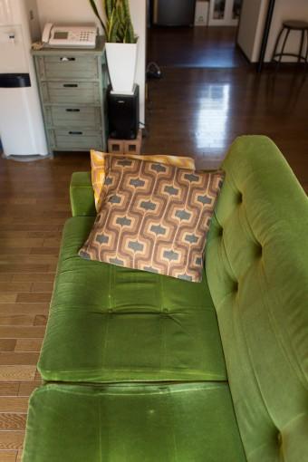 愛用のソファのカラーも、空間に彩りを与える。