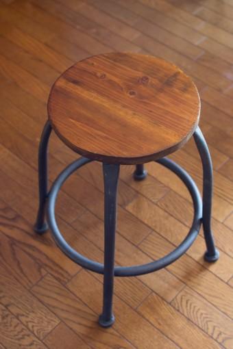 座面はニス、脚はロートアイアン風塗料で仕上げた素朴な味わいの椅子。