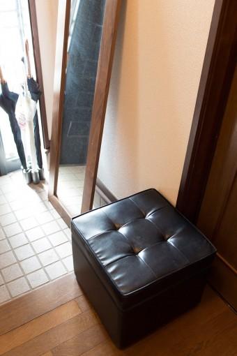 玄関には、靴の着脱が楽にできるよう、オットマンを設置。