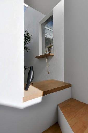 すぐ近くに見える隣家の窓。そんな感覚も抱かせる位置関係と窓のデザイン。