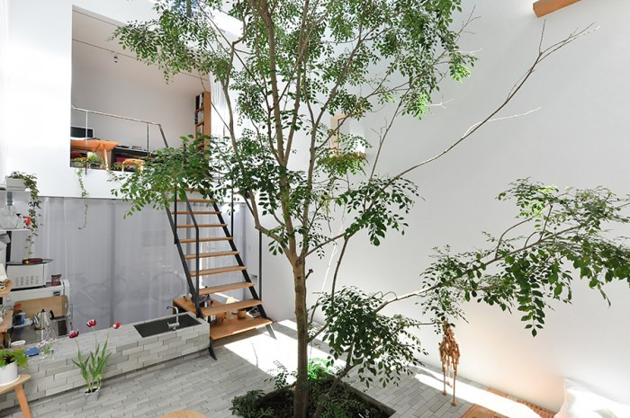 玄関・キッチン上部にある真矢さんの仕事場はモダンな箱型スペース。