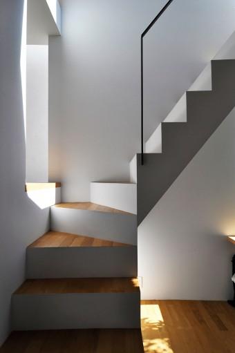 書斎から寝室に至る階段も抽象度の高いモダンデザイン。