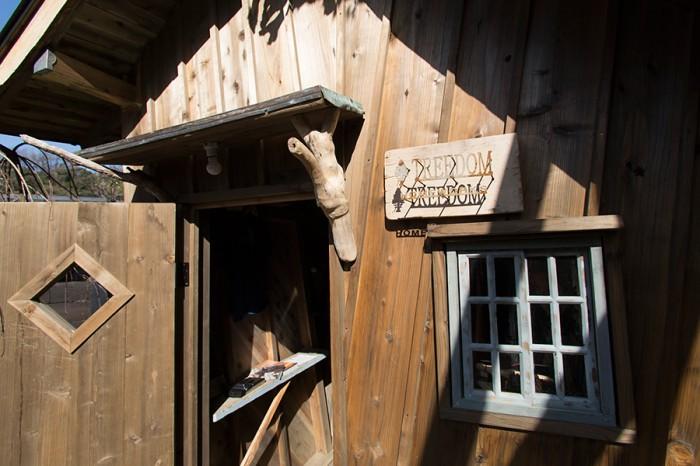 小さなドアは秘密基地を彷彿させ、いっそうの高揚感をもたらす。