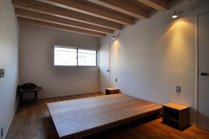 2階の寝室。中央がベッド。ベッドはどうしても生活感が滲み出るため、「ベッドに見えないベッド」をこの家のために製作。人が来たときには、宴会用テーブルにも転用できる。