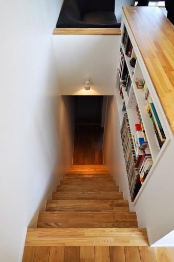 """3階から見下ろす。1階まで真っ直ぐつながった""""鉄砲階段""""は、LDKが3階のため、コンパクトなつくりになっている。"""