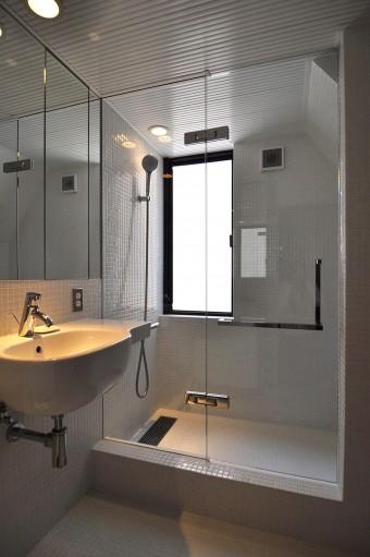 「美しい」とKさんお気に入りのシャワーブース。浴槽は場所を取るのと必要も感じなかったため入れなかった。