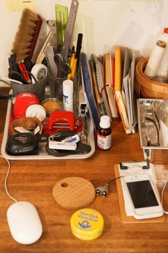 使いこまれた道具が並ぶ眞紀さんのデスクまわり。