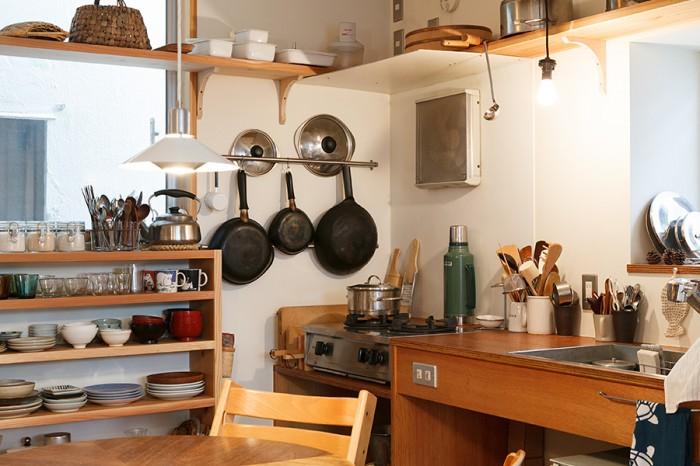 小さな空間ながら、使い勝手のよさそうなキッチン。シンクとガスコンロに合わせて合板をカットしてつくったシンプルなもの。