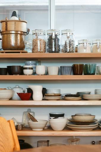 食器類はすべてこの棚に納めてられている。