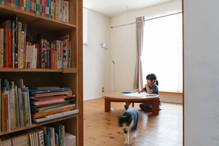 2階は寝室と水まわりのみ。寝室にはちゃぶ台を置いて、吟ちゃんがお絵描きしたり遊ぶ場にもなっている。