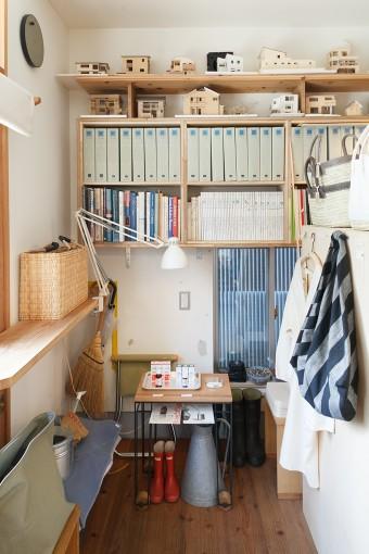 入口左手には、設計事務所で使う書類や住宅の模型と、アウトドア系の私物、お店で扱う雑貨やアロマオイルが仲良く並んでいる。
