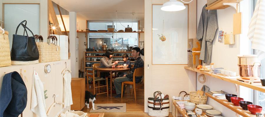 街にひらいた住まい 事務所、店、家が一体となり 訪れる人をあたたかく迎える