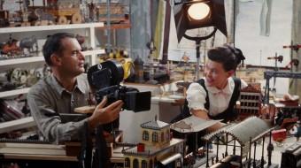 イームズオフィスにて『おもちゃの汽車のトッカータ』制作中のチャールズとレイ。© 2013 Eames Office, LLC (eamesoffice.com)