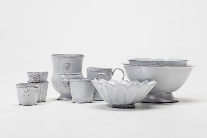 左からカップ(アレクサンドル) ¥8,400 カップ(レジョンスリボン) 各¥9,450 ベース(アレクサンドル) ¥26,250 コーヒーカップ(シンプル) ¥12,600 マグカップ(シンプル) ¥13,650 深皿(マーガレット) ¥13,650 深皿(ソーブル) Sサイズ¥17,850 Lサイズ¥24,150 以上Astier de Villatte/H.P.DECO