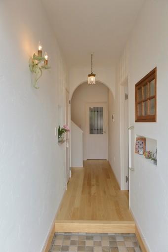 窓から光が通る工夫で、玄関先も明るく温かい雰囲気。