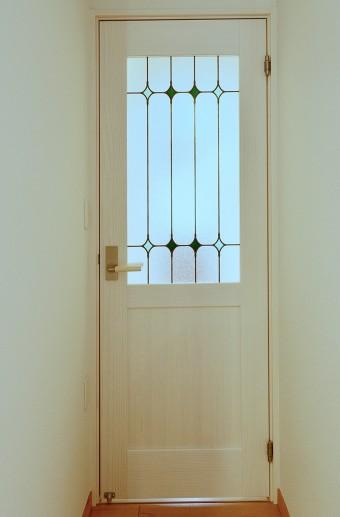 すりガラスを使ったドアが、明るさと広がりを感じさせる。