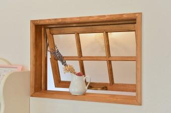 壁面にはカフェ窓を設置。抜け感が出るようにしたいという山本さんのアイデア。
