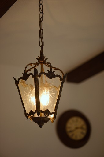 穏やかな光に和む、レトロな照明。