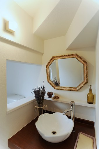 洗面の壁面にも開口を設け、広がりを出した。