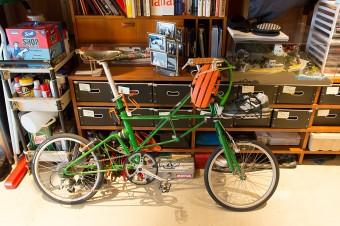 英国アレックス・モールトンの自転車。ガレージの奥には、ツーリング用の88年式ハーレーダビッドソン、ホンダTLも。スポーツの種目に合わせたヘルメットがズラリ。