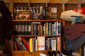 遊び関連の書籍はガレージに。サーフボード、スノーボード、釣りの道具も充実。ウエアは遊びの種類ごとに分けてラックに。