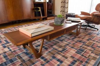 テーブルは北欧のヴィンテージ。チェックのカーペットは、フローリングを切り込んで敷き詰めるフェルトグリッパー工法で施工。