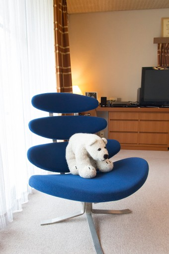 北極グマが鎮座するデンマークのポール・M・ボルザーのデザインのコロナチェア。