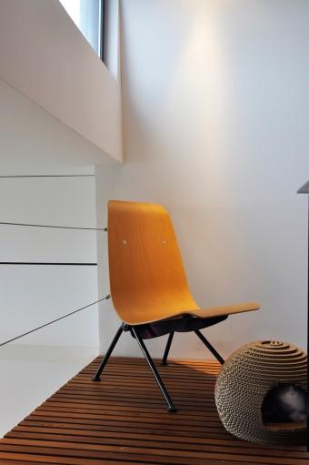「建築的フォルムと木がうまく融合されていて格好いい」と滝川さんお気に入りの椅子はJ・プルーヴェのアントニー。
