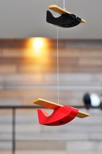 ダイニングテーブルの上に吊るされていたのは、赤と黒の木製の飛行機。デンマーク製。