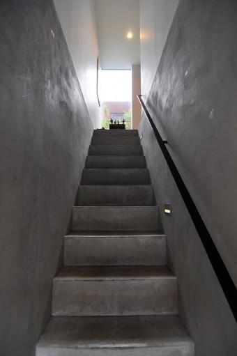 1階の玄関扉を開けると、子世帯へと上がる階段が現れる。
