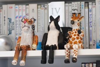 夫妻の趣味の映画ソフトが収められた棚に置かれた、ユーモラスな動物たちの置物。