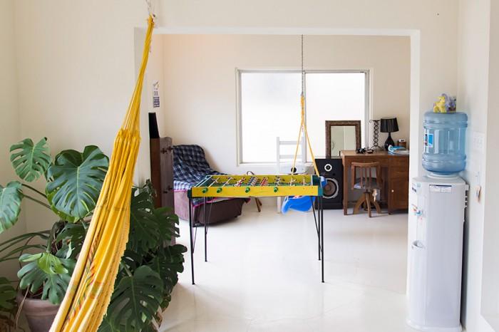 ハンモックが揺れる2階の書斎。コンクリート打ち放しの床は白くペイントされ、明るく気持ちのいい空間に。