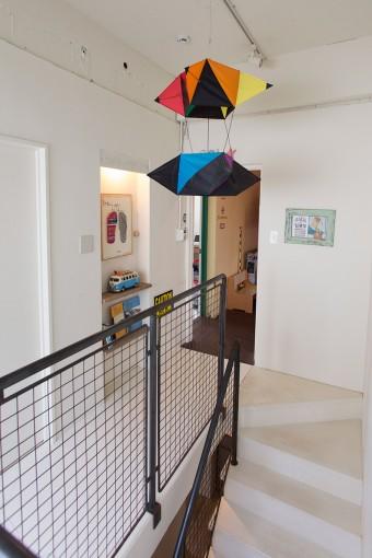 鉄で造作した階段の手すり。武骨なワイヤーのネットが、梅本家によく似合う。天井のカイトは海岸でよく飛ばしているそう。