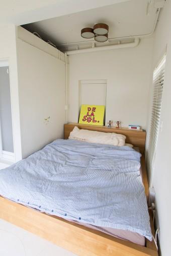 ベッドルーム。元々の天井を取り払い、30センチほど天井高が上がった。シーリングライトは前の家で使っていたもの。