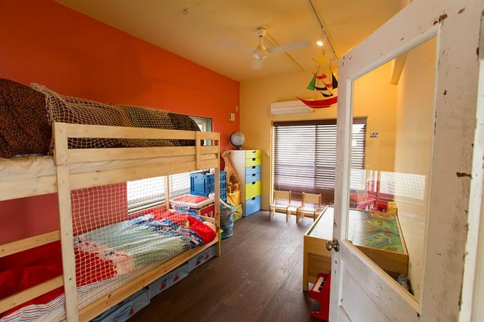 「子ども部屋の壁には色を塗りました。建築家の岩切さんと相談をして色を決めました。床もフローリングにしました」