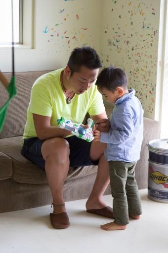 長男のそる君は3歳。壁には子どもたちが貼ったシールが。「壁はまた塗ればいいですから、いたずら書きも気にしません」
