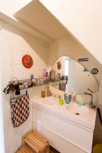 階段の下を洗面のスペースに。「階段下のスペースの有効活用です。階段の傾斜が急だったんですが、緩くしてもらいました」