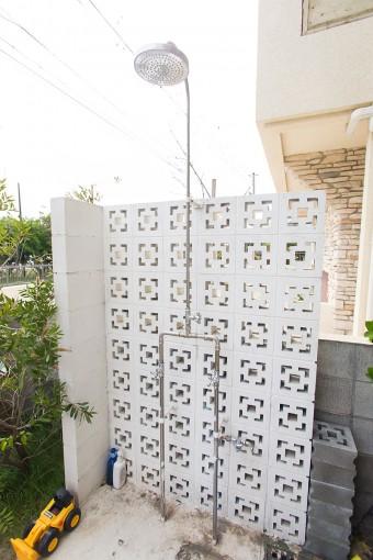 特にサーフィン帰りにマストなシャワーは、温水も出る仕様に。ブロックは沖縄から取り寄せた。