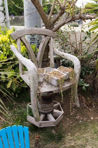古道具屋で破格の値段で手に入れたという木の椅子は、潮風に当たっていい感じの味のある色に。