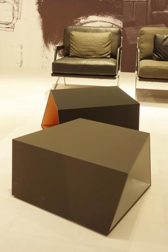 「DS-9011」Angie Anakisデザインのローテーブル。外側はマット、内側はグロッシーな仕上げ。