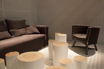 「Ghost」のソファと「Gray」のアームチェア。異なるファブリックで印象の変化を強調。