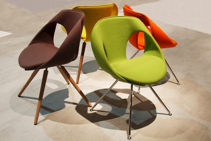「Up Chair」Martin Ballendatデザイン。本体は軽量かつ堅牢な特殊ゴム製、脚はスチール。色展開は10種類。