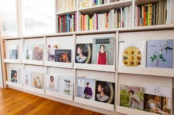 美保子さんの手掛けた作品をディスプレイ。事務所の棚も、スペースに合わせて自作。