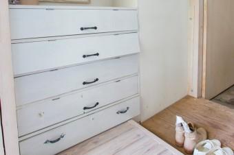 """下駄箱にしているのは、""""昔借りていた家の大家さんのおばあさまからもらったタンスをリメイクしたもの""""。"""