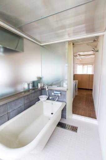 キッチンとガラス1枚隔てたバスルーム。その向こうはドアのないトイレ! 「狭い空間が苦手なんです」