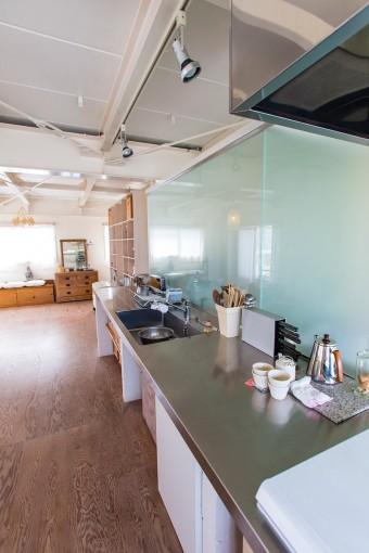 キッチンは掃除のしやすさを考えてステンレス製に。レンジフードもピカピカに磨きあげられ、新品さながらの美しさ。