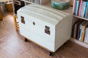 昔買ったアンティークの宝箱を白でペイント。今は収納としても役立っているとか。