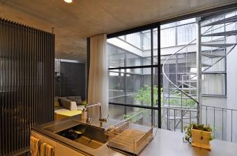 キッチンから中庭を通して子供部屋と親世帯が住む3階を見ることができる。
