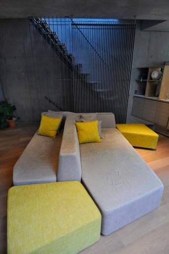 奥にある放射冷暖暖房システムの関係で少しいびつな形状になっているオリジナルのソファ。色のバランスも素敵だ。